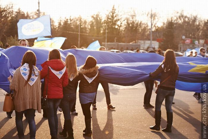 Молодёжь Харькова на площади Свободы развернули флаг ЕС